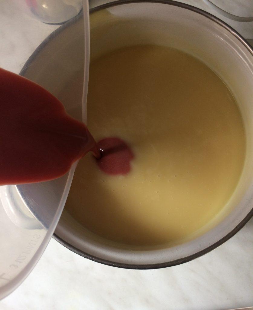 Önts a masszából egy keveset a rózsaszín agyagos-mica poros olajhoz és keverd jól össze. Ezután öntsd bele az alapmasszába és keverd el jól.